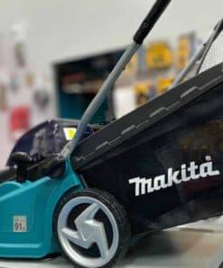 מכסחת דשא נטענת 36V מקיטה MAKITA DLM380 עובדת על שני סוללות של 18V בכדי לספק מתח עבודה 36V דגם ללא פחמים BL מחיר יחודי במינו