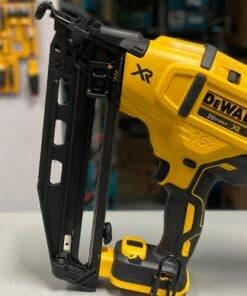אקדח מסמרים פינישים DEWALT דיוולט דגם ללא פחמים XR נועד לעבודות ממושכות של רפדים מתקיני דלתות / פרקטיים ועוד מגוון רחב של עבודות מחיר DCN660
