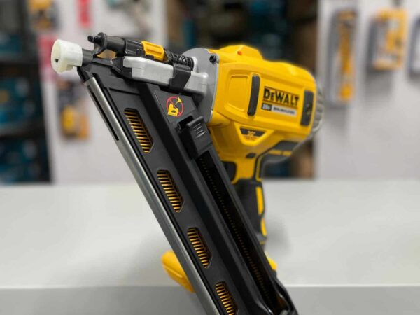 """אקדח מסמרים DEWALT DCN692 דגם ללא פחמים מיועד לעבודה אינטנסיבית ליריעה של מסמרים עד 9 ס""""מ בעץ זווית של 28-30 מעלות מחיר דיוולט"""