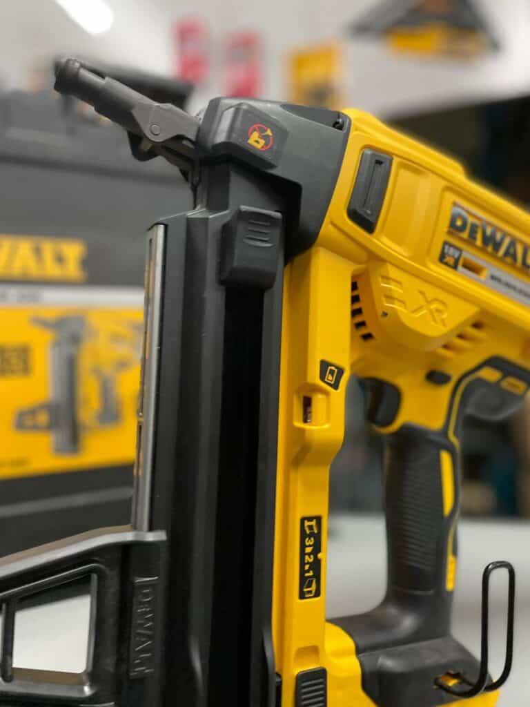 אקדח מסמרים DEWALT DCN890 לבטון דגם ללא צורך בשימוש בגז טכנולוגיה מתקדמת ייחודית של DEWALT דיוולט ייעודי לעבודה אינטנסיבית מחיר